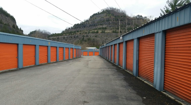 Etonnant Full View Of Storage Garages Outside