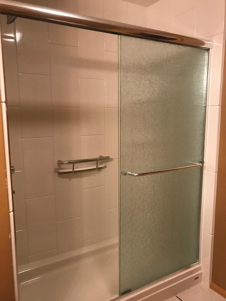 DuraBath SSP 10 x 20 Vertical tile in Gloss with the Arizona Shower door in Rain glass and the Invisia shampoo shelf.