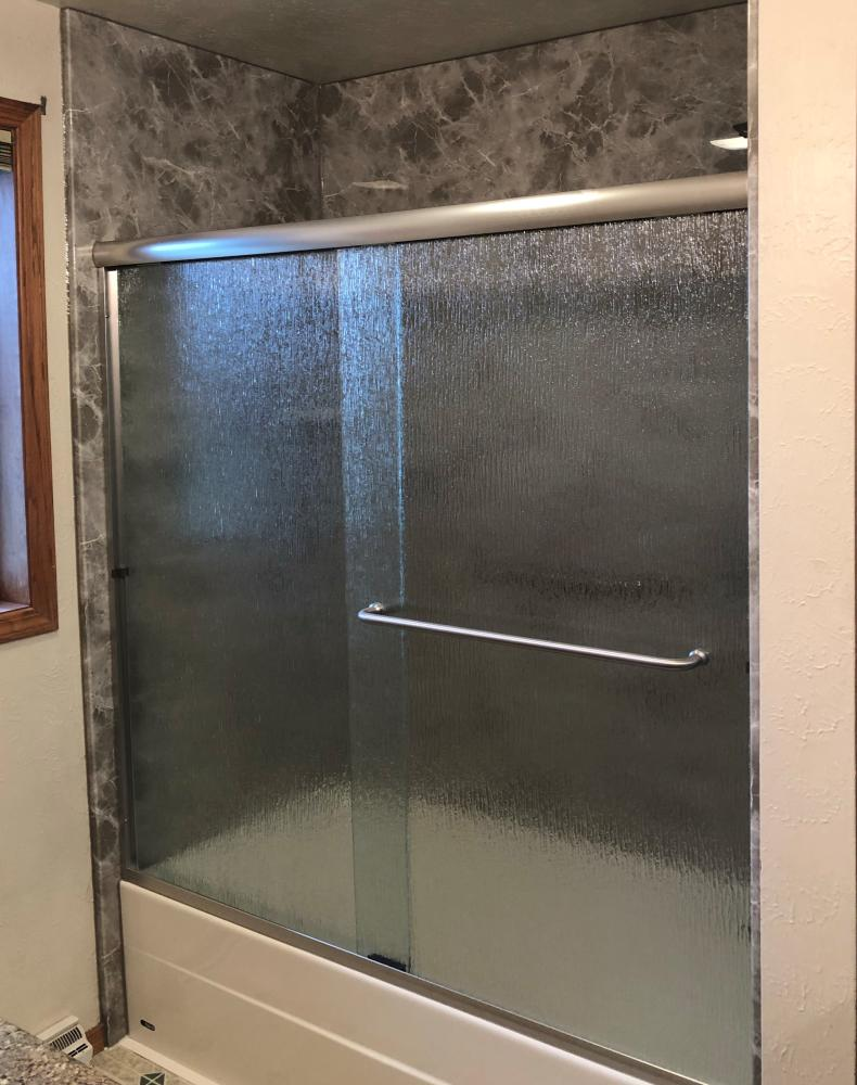 Biscuit bathtub with SSP Lt Gray Emperador walls gloss finish. Complimented with rain sliding glass door.